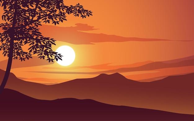 Оранжевое небо закат с силуэтом деревьев и горы
