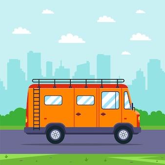 Оранжевый фургон выезжает на природу из города. плоская иллюстрация.