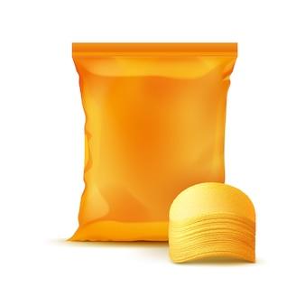 ジャガイモのクリスピーチップのスタックとパッケージデザインのオレンジ色の垂直シール箔ビニール袋をクローズアップ背景に分離