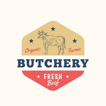 有機農場肉屋抽象記号、記号またはロゴのテンプレート。レトロなタイポグラフィと手描きの牛のシルエット。牛肉のビンテージバッジまたはエンブレム。