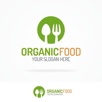 サークルグリーンにオーガニック食品のロゴスプーンとフォーク。