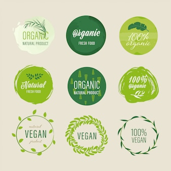 유기농 라벨 및 천연 라벨 녹색 디자인. 태그 및 스티커 농장 신선한 로고 채식 음식 마크 보장.