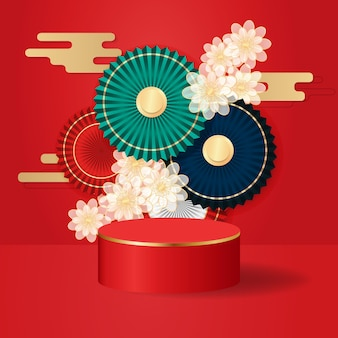 부채와 흰색 꽃으로 장식 된 동양 중국 스타일의 디스플레이 제품 쇼케이스. 음력 새 해 테마 연단은 현실적인 디자인에 서 있습니다.