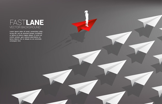 Коммерсантка стоя на красном самолете бумаги origami двигает быстрее чем группа белизны. бизнес-концепция быстрой полосы движения и маркетинга