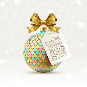 Изысканный елочный шар с блестящим золотым бантом и биркой с приветствием