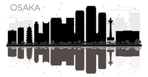반사와 오사카 시 스카이 라인 흑백 실루엣. 벡터 일러스트 레이 션. 관광 프레젠테이션, 배너, 현수막 또는 웹 사이트를 위한 단순한 평면 개념입니다. 랜드마크가 있는 도시 풍경.