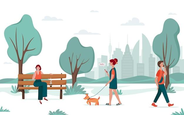 Активный отдых на свежем воздухе; молодые люди гуляют в городском парке