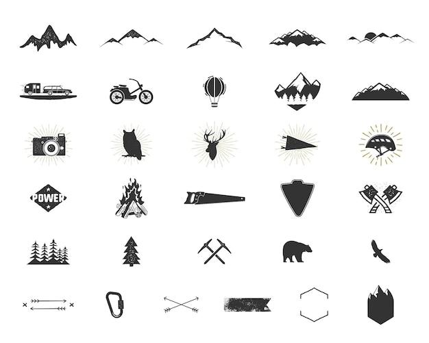 アウトドアアドベンチャーシルエットアイコンを設定します。登山とキャンプの形のコレクション。シンプルな黒のピクトグラムバンドル。ロゴ、ラベル、その他のハイキング、サーフィンのデザインを作成するために使用します。白で分離されたベクトル。