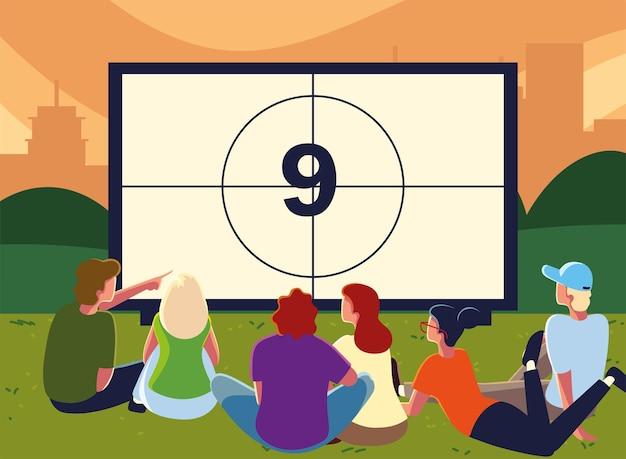 Кинотеатр под открытым небом с людьми, смотрящими на экран