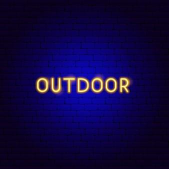 屋外ネオンテキスト。キャンププロモーションのベクトルイラスト。