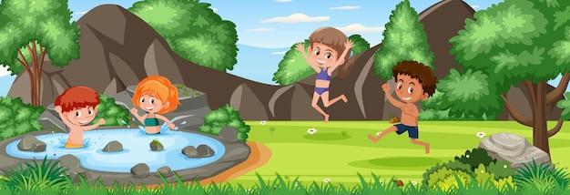 많은 아이들이 자연 공원에서 노는 야외 장면