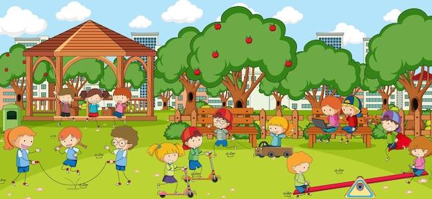 많은 아이들이 공원에서 노는 야외 장면
