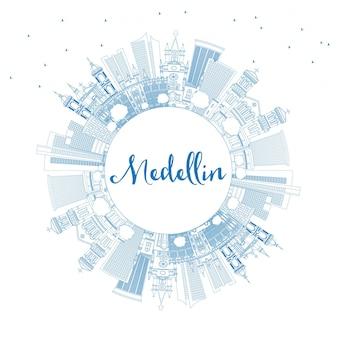 Наброски на фоне линии горизонта города медельин колумбия с синими зданиями и копией пространства. векторные иллюстрации. деловые поездки и концепция туризма с исторической архитектурой. городской пейзаж медельина с достопримечательностями.