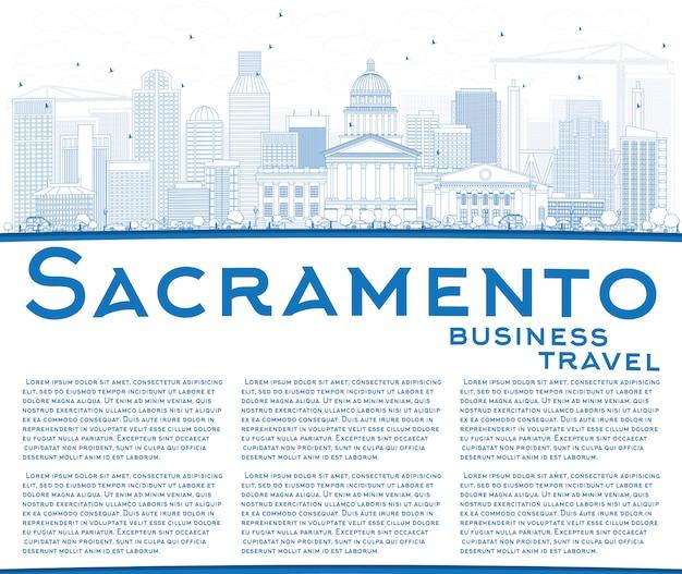 파란색 건물 및 복사 공간 새크라멘토 스카이 라인을 설명합니다.