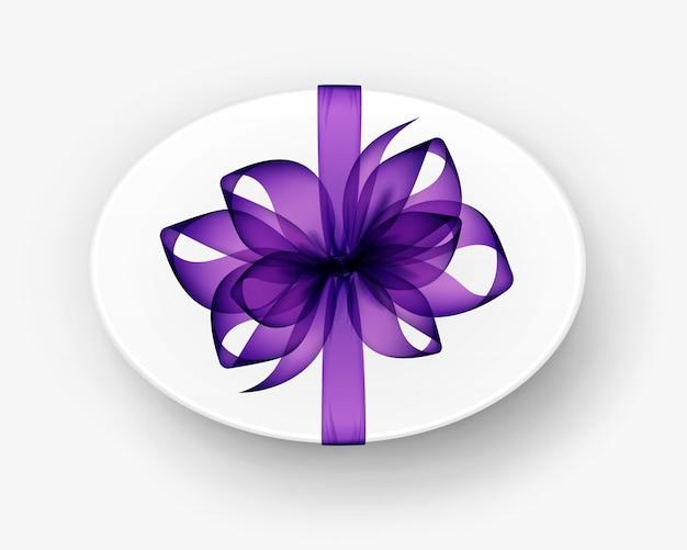 Овальная подарочная коробка с фиолетовым бантом и изолированной лентой