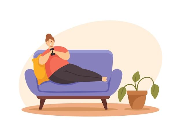 소셜 미디어 네트워크에서 스마트폰 채팅을 하거나 게임을 하는 과체중 여성 캐릭터가 소파에 누워 있습니다. 앉아있는 생활 방식, 가제트 중독, 비만 개념. 만화 사람들 벡터 일러스트 레이 션