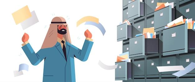 과로 아랍 사업가 오픈 서랍 데이터 아카이브 스토리지 비즈니스 관리 종이 작업 개념 가로 세로 벡터 일러스트와 함께 벽 캐비닛 제출 문서를 검색