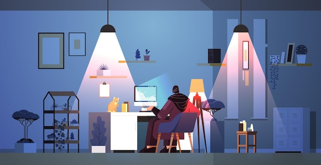 Перегруженная арабская бизнесвумен-фрилансер смотрит на экран компьютера женщина анализирует финансовые графики на рабочем месте с кошкой в темной ночи в гостиной горизонтальная полная длина векторная иллюстрация