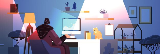 Перегруженная арабская бизнес-леди-фрилансер, глядя на экран компьютера, женщина анализирует финансовые диаграммы