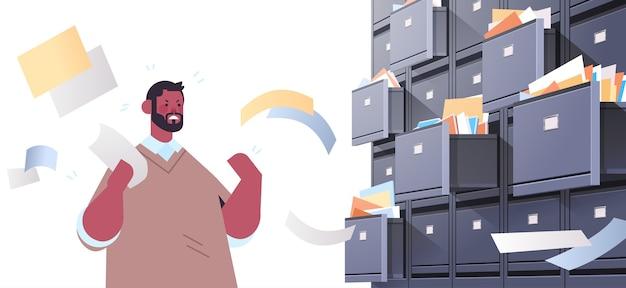 열린 서랍 데이터 아카이브 스토리지 비즈니스 관리 종이 작업 개념 가로 세로 벡터 일러스트와 함께 벽 캐비닛 제출 문서를 검색 과로 사업가