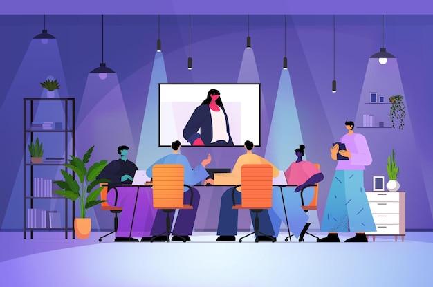 Переутомленные бизнесмены, имеющие онлайн-конференцию, деловые люди, обсуждающие с лидером женщина во время видеозвонка, темная ночь, интерьер офиса, горизонтальная полная длина, векторная иллюстрация