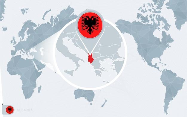 확대된 알바니아가 있는 태평양 중심 세계 지도. 알바니아의 국기와 지도.
