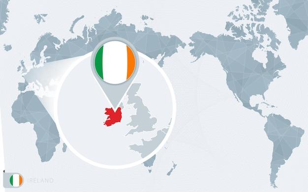 Карта мира в центре тихого океана с увеличенной ирландией. флаг и карта ирландии.