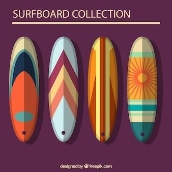 Pacchetto di quattro tavole da surf piatto con disegno astratto