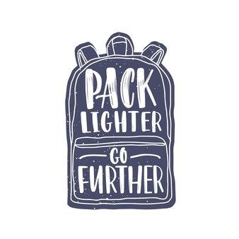 Pack lighter, go further мотивационный слоган или фраза, написанная от руки элегантным курсивным каллиграфическим шрифтом на рюкзаке. современные надписи, изолированные на белом фоне. монохромный векторные иллюстрации.