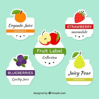 さまざまな果物と装飾的なラベルのパック