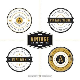 金色の詳細と丸いロゴのパック