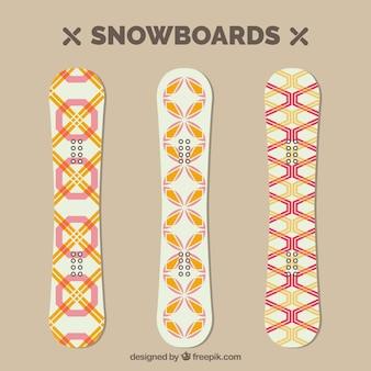 Confezione da tre tavole da snowboard con disegni geometrici