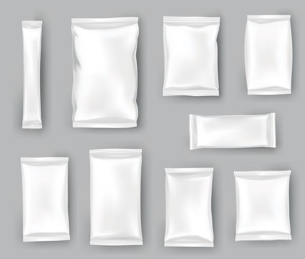 Набор макетов упаковки или пакетов. реалистичная глянцевая заготовка дой-пак, чипсов, конфет или косметических продуктов. шаблон пластиковых пакетов готов для брендинга.