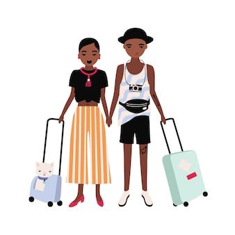 아프리카 계 미국인 소년과 소녀의 쌍은 함께 서서 가방을 들고 세련된 옷을 입고. 로맨틱 커플 여행. 휴가에 젊은 남자와 여자.
