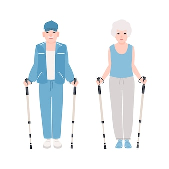 北欧のウォーキングを行うスポーツ服を着た年配の男性と女性のペア。老人のための健康的な野外活動