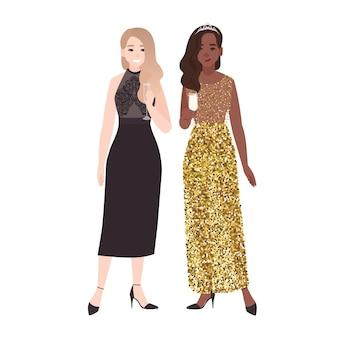 一緒に立ってシャンパンを飲む豪華なエレガントなイブニングドレスの女の子のペア。お祝いパーティーやフォーマルな機会に身を包んだかなり若い女性。フラットなカラフルなベクトルイラスト。