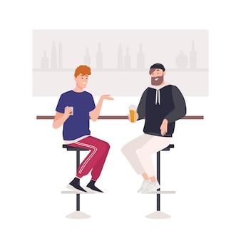 バーカウンターの椅子に座ってビールやアルコール飲料を飲む幸せな友人のペア