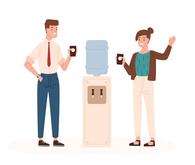 Пара мужчина и женщина, стоящие рядом с офисным кулером, пьют воду и разговаривают друг с другом или болтают