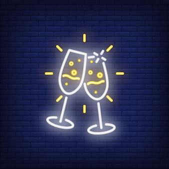 ペアのネオンシャンパンフルート。夜の明るい広告要素。