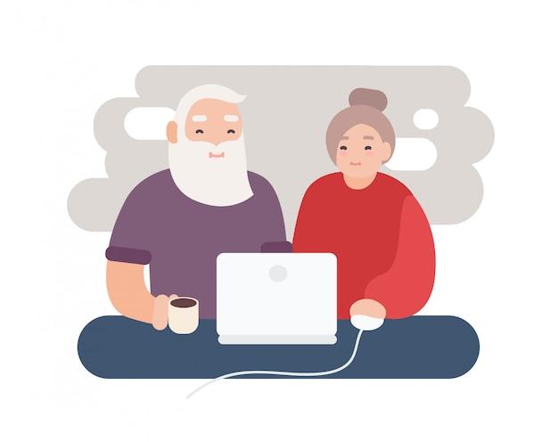 Пара улыбаясь пожилой мужчина и женщина, серфинг интернет вместе. счастливая пара старых, смотреть видео на ноутбуке.