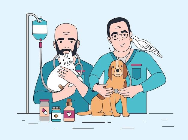 Пара улыбающихся ветеринаров держит кошку, собаку и попугая