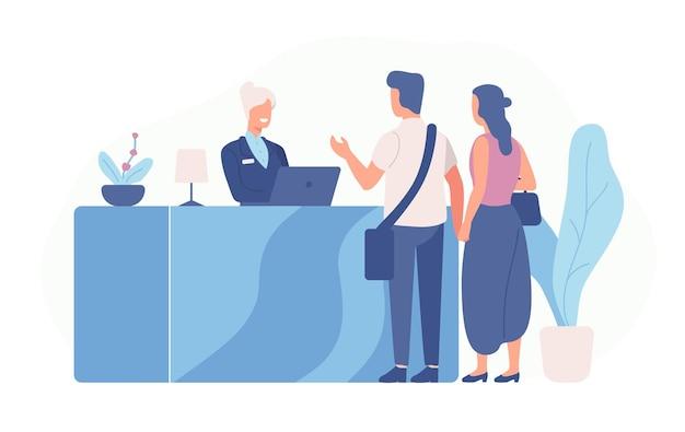 Пара туристов или путешественников, стоящих у стойки регистрации и разговаривающих с администратором
