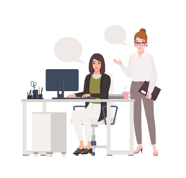一緒にオフィスで働く女性のペア。椅子に座って、コンピューターを持って机に立って、お互いに話しているスマートな服を着た女性店員。フラット漫画イラスト。