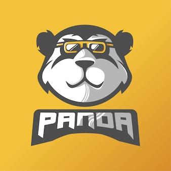 Дизайн логотипа талисмана панды. панда в очках для киберспортивной команды