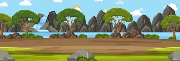 森の中にたくさんの木があるパノラマ風景シーン