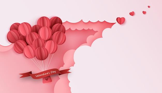 青い空に浮かぶ紙のハートの風船とギフトボックスと愛とバレンタインデーのペーパーアート