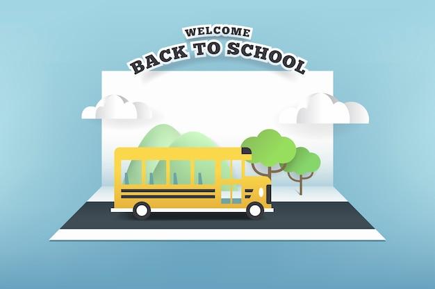 Бумажная карточка школьного автобуса, бегущего по дороге.