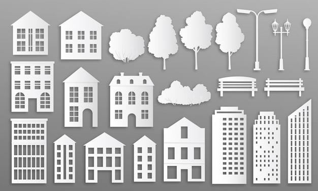 종이 절단 건물. 집 저택 실루엣, 흰색 종이 접기 도시 별장, 공원 요소와 타운 하우스. 디자인 미니멀리스트 건설 도시 외관을위한 가정 종이 접기 건물