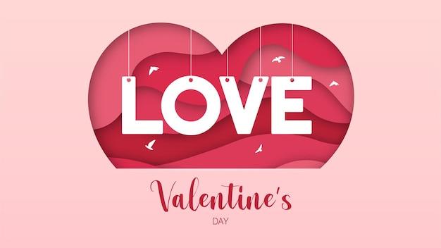 Слои вырезаны из бумаги с розовыми сердечками и надписью любовь для поздравительных открыток ко дню святого валентина.