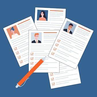 テーブルトップビューの紙の文書。履歴書、仕事の候補者の束。労働と採用のアイデア。図